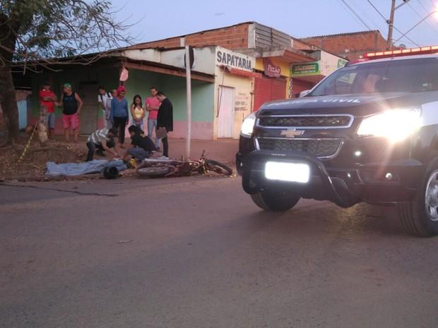 Homem morreu após perder o controle da moto que pilotava (Foto: Divulgação/Deletran)
