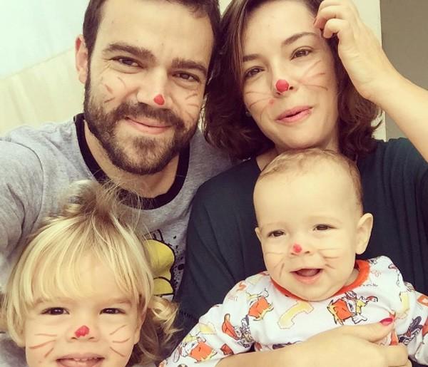 Regiane com o marido e os dois filhos (Foto: Reprodução/Instagram)