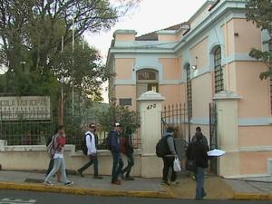 Estudantes de Ribeirão Bonito não receberam apostilas e nem uniformes (Foto: Marlon Tavoni/EPTV)
