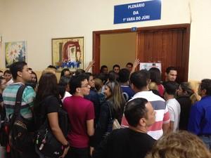 Multidão aguardava do lado de fora, mas apenas 45 assentos podem ser ocupados (Foto: Assem Neto/G1 RO)