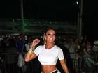 Com a barriga sarada de fora, Juju Salimeni samba em São Paulo