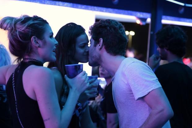 Mauricio Destri e Bruna Marquezine se beijam no no Rock in Rio (Foto: Felipe Panfili / AgNews)