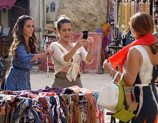 Ayla não deixa barato e dá um beliscão em Bianca na frente de Maitê (Foto: Salve Jorge/ TV Globo)