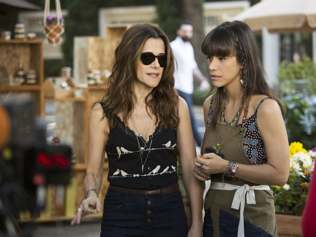 Ingrid Gimarães (de óculos escuros) e Miá Mello em cena da comédia romântica 'Um namorado para minha mulher' (Foto: Divulgação)