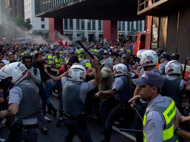 Policiais militares entram em confronto com professores indignados com fim de greve (Foto: Diogo Moreira/Frame/Estadão Conteúdo)