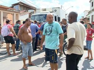 Protesto de moradores fechou rodovia José Sette, em Cariacica (Foto: Reprodução/ TV Gazeta)