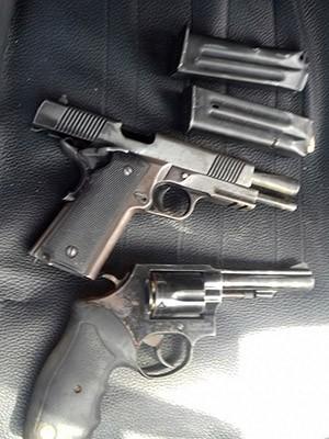 Uma pistola e um revólver calibre 38 foram apreendidas com os homens (Foto: Divulgação/Polícia Militar do RN)