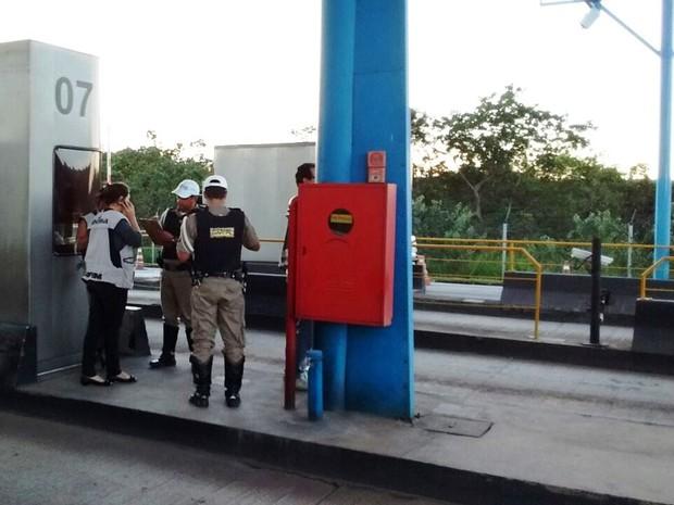 Policiais rodoviários orientam funcionários de praça de cobrança (Foto: Thiago Carvalho/G1)
