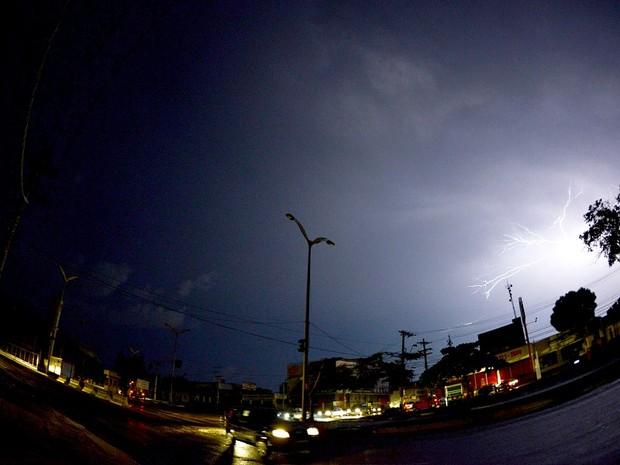 Somente os raios passaram a iluminar Manaus na noite desta terça (18) (Foto: Chico Batata)