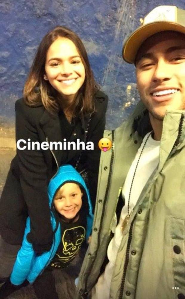 Bruna, Davi Lucca e Neymar no cinema (Foto: Instagram)