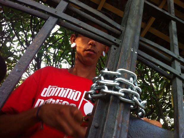 Estudante passa corrente e cadeado em Diretoria Regional de Ensino (Foto: Moisés Soares / TV TEM)