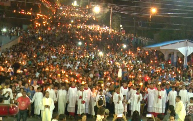 Segundo a Polícia Militar, cerca de 40 mil fiéis participaram da procissão à Nossa Senhora da Glória em Cruzeiro do Sul (Foto: Jornal do Acre)
