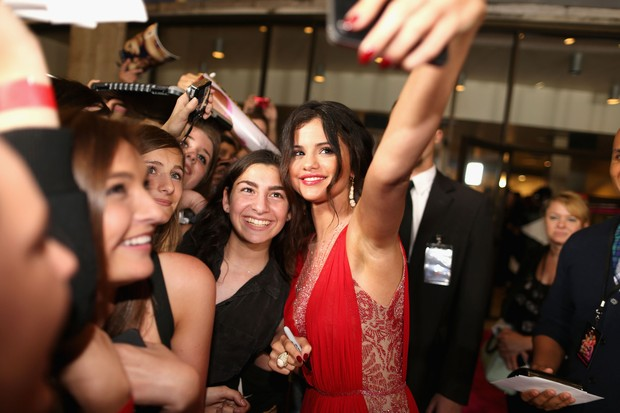 Selena Gomez tira fotos com fãs em première de filme em Los Angeles, nos Estados Unidos (Foto: Christopher Polk/ Getty Images/ AFP)