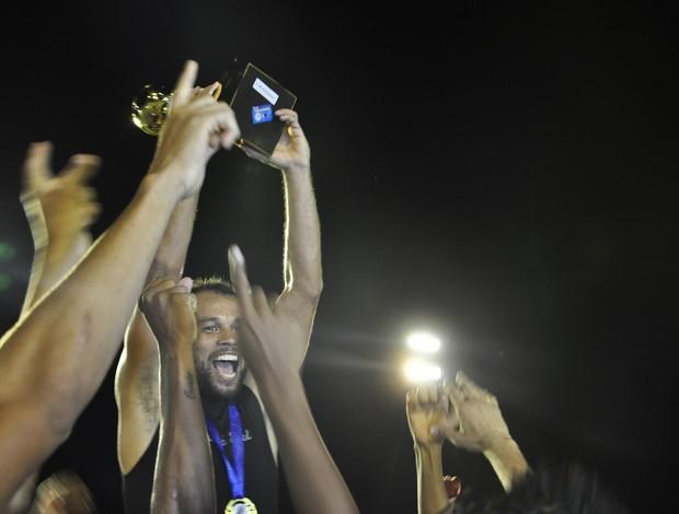 Paulo Almeida levanta o troféu de campeão da Copa MT (Foto: Leonardo Heitor/GLOBOESPORTE.COM)