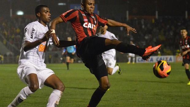 Marcelo, atacante do Atlético-PR, contra o Atlético-MG (Foto: Site oficial do Atlético-PR/Gustavo Oliveira)
