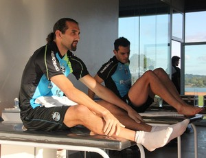Barcos e Rhodolfo recebem tratamento a dores musculares (Foto: Robson Stefani/RBS TV)