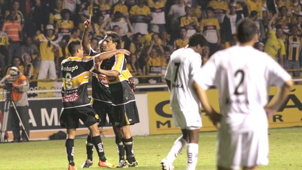 Kleber comemora gol do Criciuma contra o Bragantino (Foto: Fernando Ribeiro / Futura Press)
