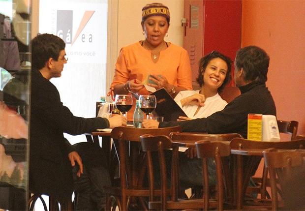 Andréia Horta e Ângelo Antônio jantam na companhia de um amigo (Foto: Rodrigo dos Anjos/AgNews)
