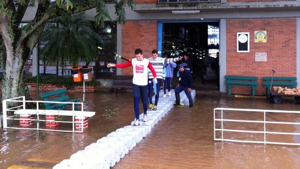 Equipe de remo treina em enchente (Foto: Marcello Varriale/Divulgação)