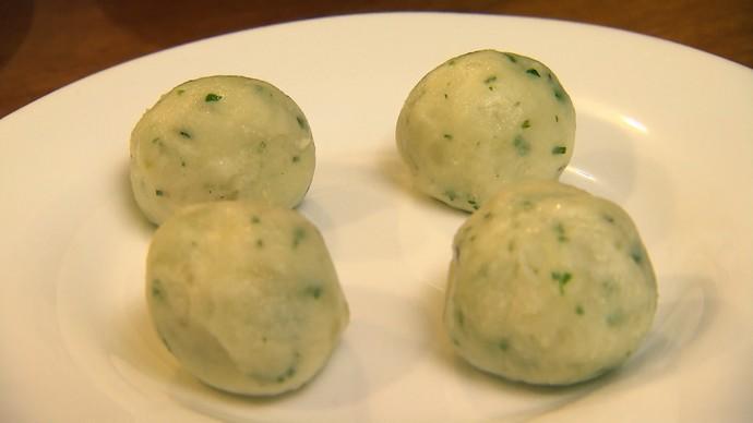 Faça as bolinhas, recheie com carne-seca e reserve para passar na farinha (Foto: TV Bahia)