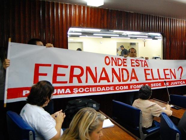 Grupo esteve na Assembleia Legislativa com faixas e camisetas de protesto (Foto: Daniel Peixoto/G1)