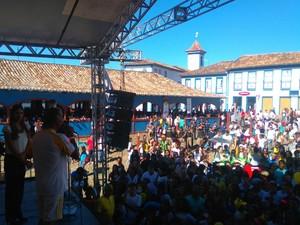 Em Diamantina, grande público acompanhou a chegada da tocha (Foto: Henrique Corrêa / Inter TV)