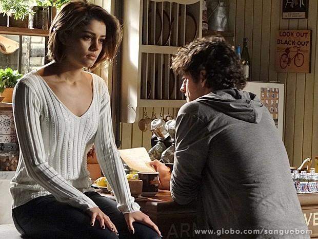 Bento lê a carta e Amora não gosta de receber notícias da irmã (Foto: Sangue Bom/TV Globo)