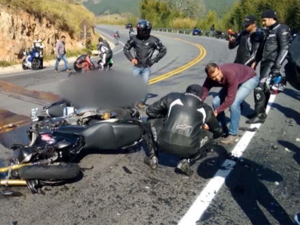 Motociclistas pararam na pista para ajudar no socorro em Amparo (Foto: Reprodução / EPTV)