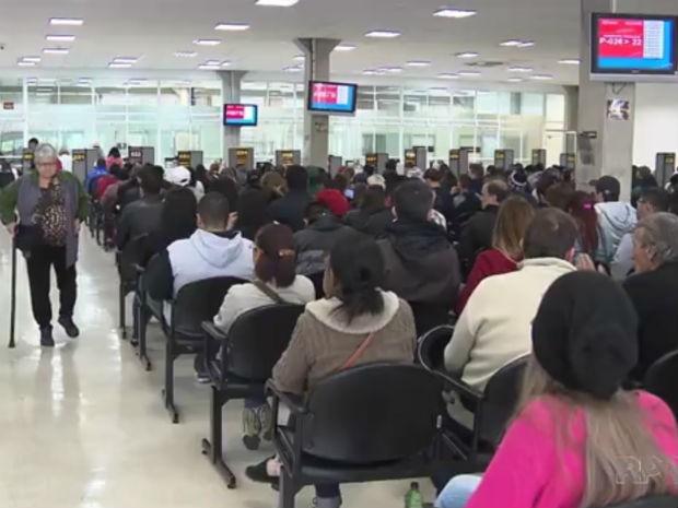 Eleitores fizeram fila em Curitiba para regularizar situação com a Justiça Eleitoral (Foto: Reprodução/RPC)