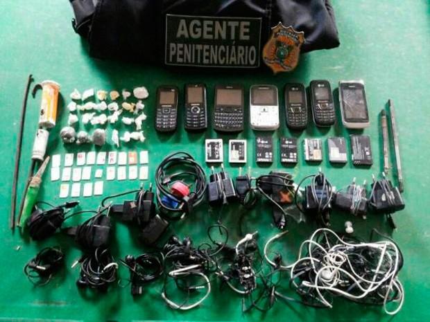 Agentes apreenderam celulares, drogas e facas artesanais (Foto: Sérgio Costa/Portal BO)