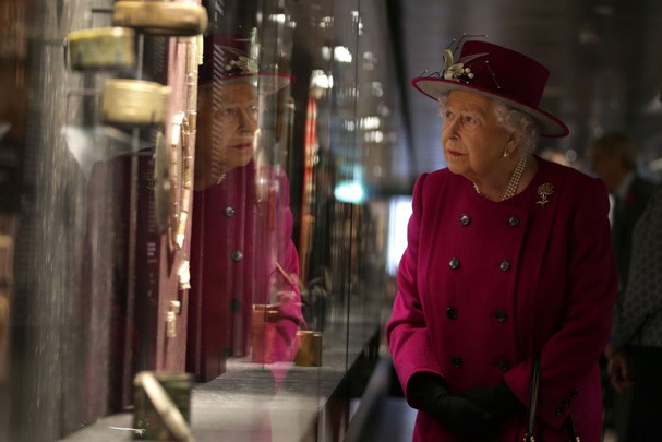 LONDON, ENGLAND - NOVEMBER 08:  Queen Elizabeth II looks at a selection of jade objects on display at the reopening The Sir Joseph Hotung Gallery at The British Museum on November 8, 2017 in London, England.  (Photo by Daniel Leal-Olivas-WPA Pool/ Getty I (Foto: Getty Images)