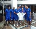 Por prótese para torcedor, jogadores do Bahia se reúnem e leiloam camisas