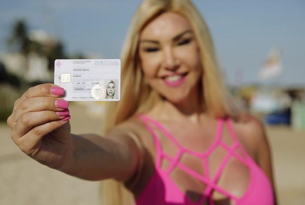 Patrícia Ribeiro com sua carteira de identidade (Foto: Marcos Serra Lima/EGO)
