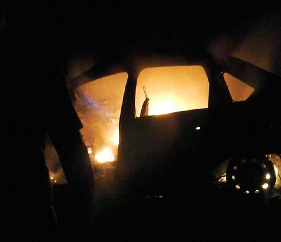 Carro pegou fogo após batida no sul da Bahia (Foto: Ronildo Brito/Teixeira News)