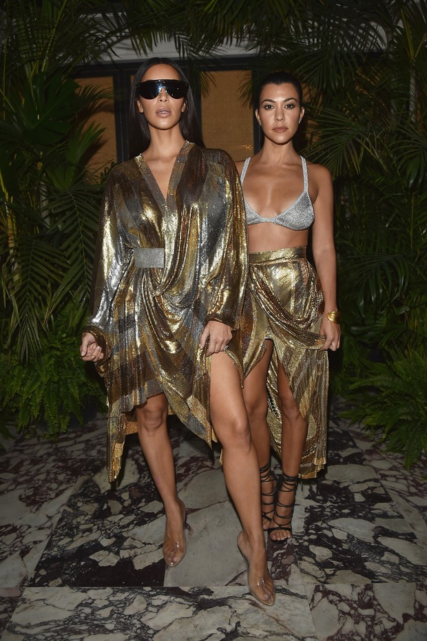 Kim Kardashian e Kourtney Kardashian em festa em Paris, na França (Foto: Jacopo Raule/ Getty Images)