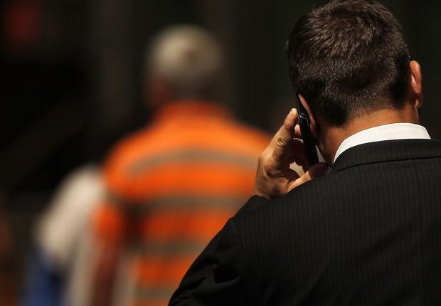 Homem fala ao celular enquanto caminha pela rua ; telefonia móvel ; internet móvel ;  (Foto: Agência Brasil/Arquivo)