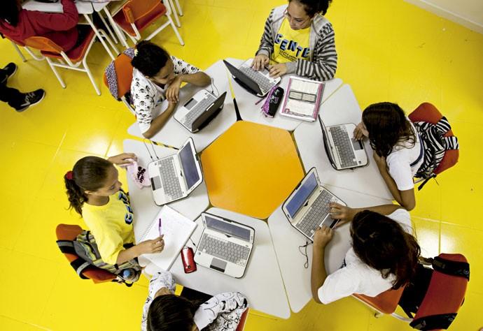 PRÓXIMA FASE: Na Escola Municipal André Urani, na Rocinha,alunos aprendem por meio de plataformas de games. Quando acertam a resposta passam de fase e enfrentam questões mais complexas (Foto: Márcia Foletto/ Agência O Globo)