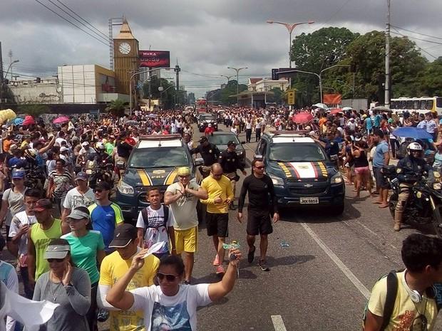 Avenida Almirante Barroso ficou lotada de fiéis que acompanham o Traslado.  (Foto: Antenor dos Santos/ TV Liberal)