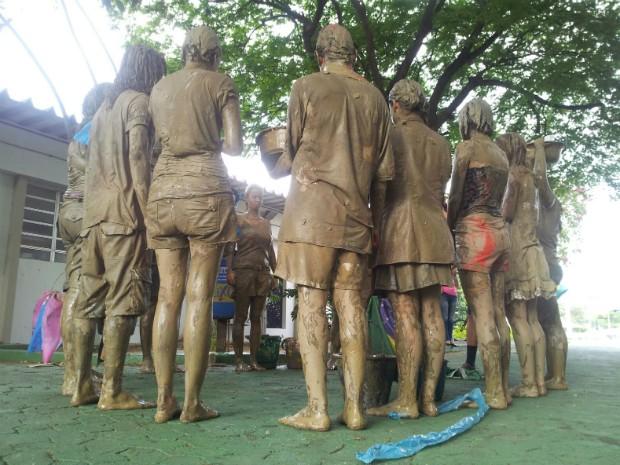 Manifestantes de concentrando na Ufes (Foto: Naiara Arpini/ G1)
