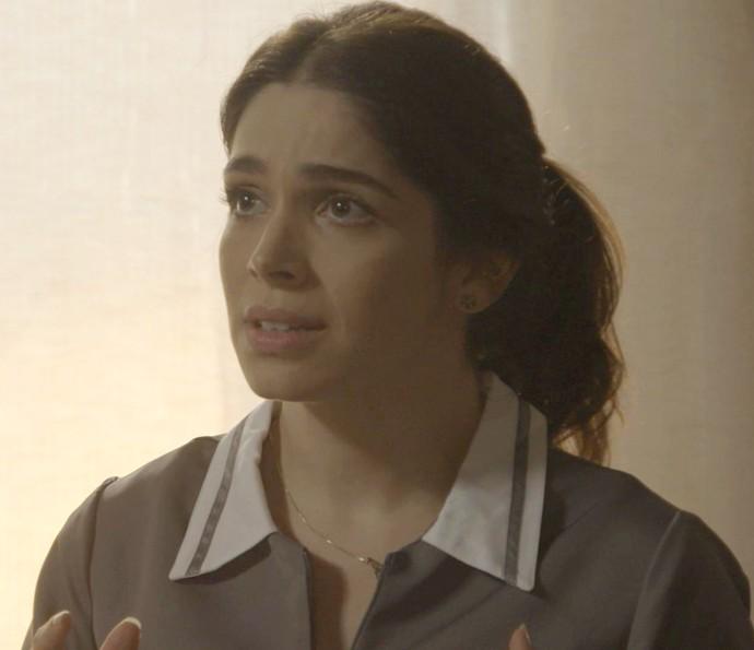A moça leva um susto com tamanha coincidência (Foto: TV Globo)