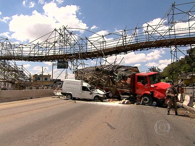 Passarela é danificada em acidente no Anel Rodoviário de Belo Horizonte (Foto: Reprodução/TV Globo)