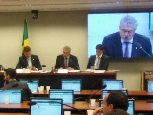 O relator da CPI do BNDES, deputado José Rocha, faz a leitura do parecer final durante reunião do colegiado (Foto: Fernanda Calgaro/G1)