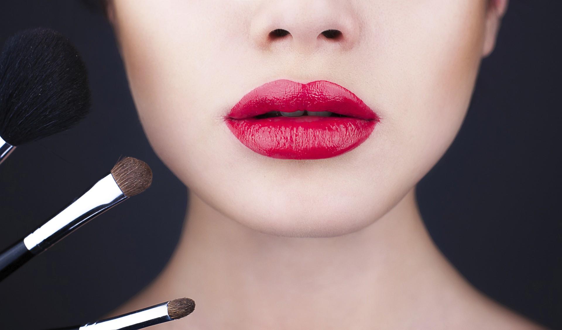 Descubra a maneira certa de aplicar a maquiagem (Foto: Thinkstock)