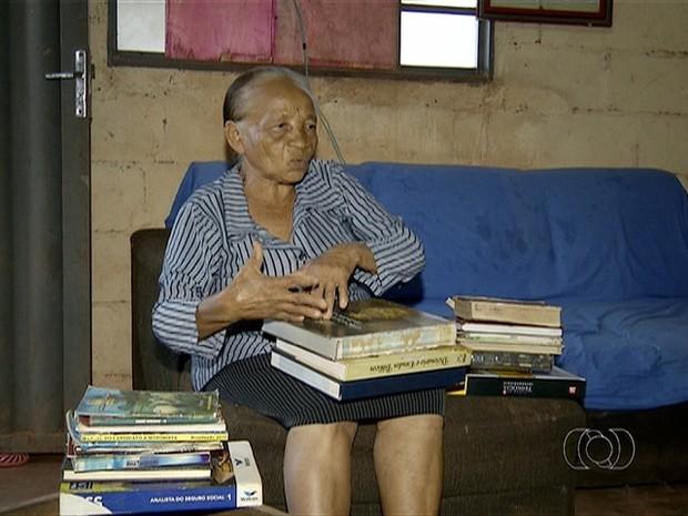 Idosa trata livros como verdadeiros tesouros (Foto: Reprodução/TV Anhanguera)