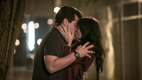 Resumo 'Pega Pega': Júlio e Antônia trocam primeiro beijo ♥