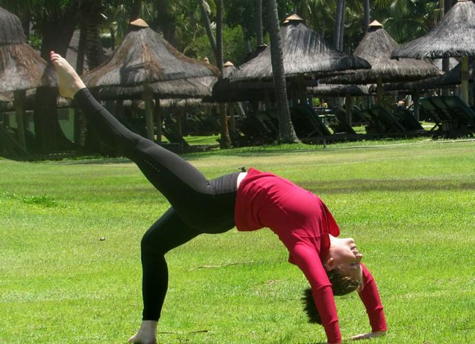 Alice Wegamnn mostra toda sua flexibilidade na gravação do Estrelas (Foto: Nathália Gomes / Gshow)