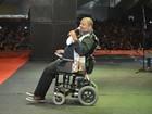 Arlindo Cruz se apresenta de cadeira de rodas em festival de samba