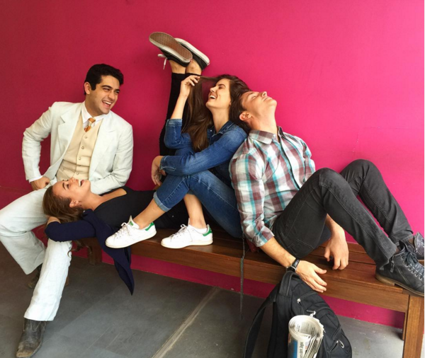 """Camila Queiroz se diverte com colegas de elenco de """"Êta Mundo Bom!"""" (Foto: Reprodução/Instagram)"""