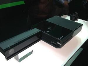 Kinect, Xbox One, o novo videogame da Microsoft, e novo controle, apresentados pela empresa nesta terça-feira (21) (Foto: Bruno Araujo/G1)