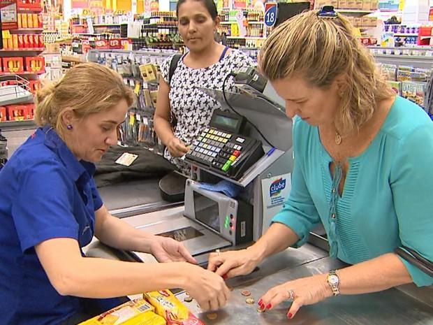 A professora Mônica Benedine Calil conta que sempre troca as moedas que tem em casa e na bolsa (Foto: Reprodução/EPTV)